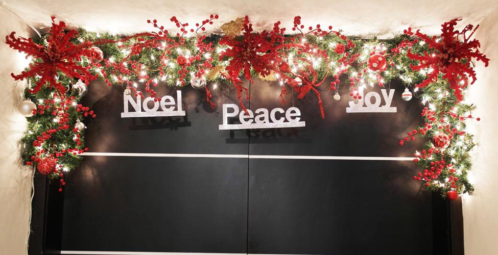 Ascensor con decoración navideña